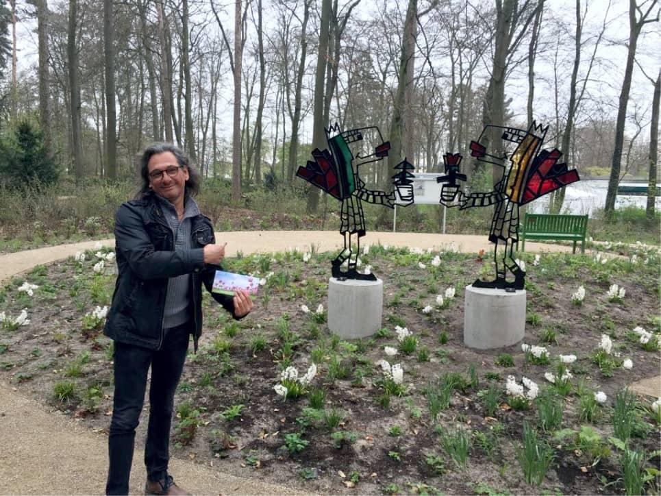 Herman Reichold neben einer seiner Skulpturen in Paderborn